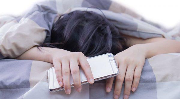Cep Telefonuyla Uyumak Ne Kadar Zararlı?